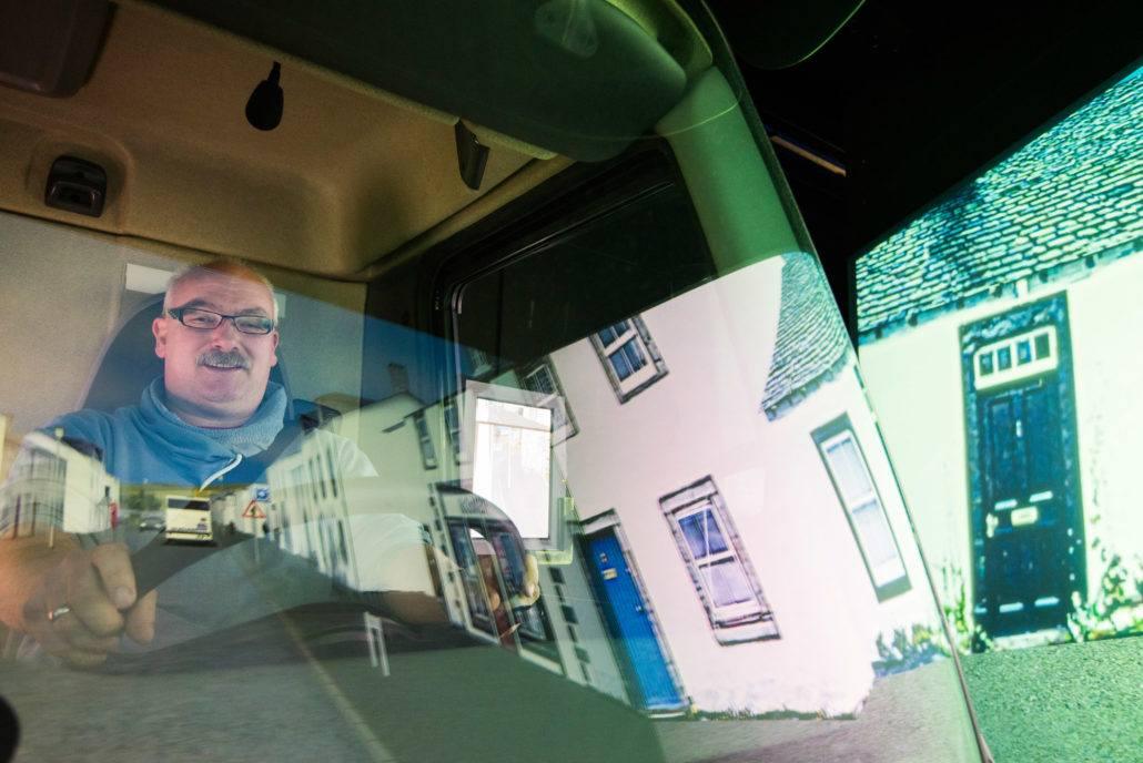 Chauffeurs van Van der Haas Transport uit Kwintsheul volgen een cursus bij het Trucksimulatiecentrum van het Sectorinstituut Transport & Logistiek in Houten. Tijdens de cursus krijgen ze theorie en praktijkonderwijs met in dit geval extra aandacht voor afleiding tijdens een rit.