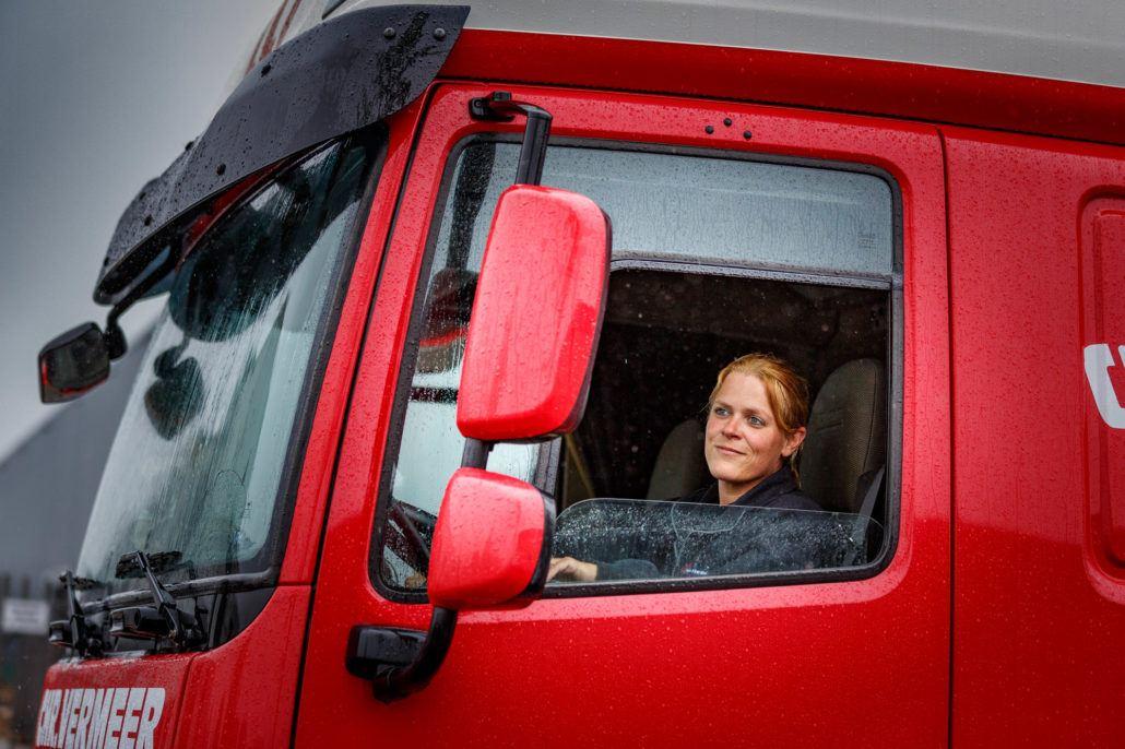 Nederland 2016  TON Floor Warmerdam, Chauffeur LZV. Een Langere en Zwaardere Vrachtautocombinatie (LZV), ook wel Ecocombi, is een vrachtwagen die meer vracht kan en mag vervoeren dan een gewone vrachtautocombinatie. Een LZV is maximaal 25,25 meter lang en 60 ton zwaar, terwijl een gewone vrachtwagen maximaal 18,75 lang is en (in Nederland) maximaal 50 ton zwaar mag zijn. Omdat het brandstofverbruik nauwelijks stijgt, wordt bij het transporteren van goederen per LZV 4 tot 30% brandstof bespaard. Er bestaan zeven mogelijke LZV-varianten (zie afbeelding). De varianten F en G komen nauwelijks voor.  COPYRIGHT Chris Pennarts  Blokland 82  3417 MR Montfoort The Netherlands+31653309747 info@chrispennarts.nl www.chrispennarts.nl