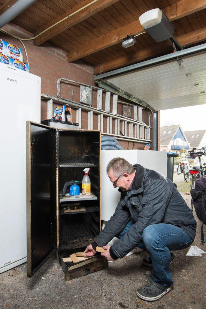 Aart Bronkhorst rookt vis en vlees in zijn garage.