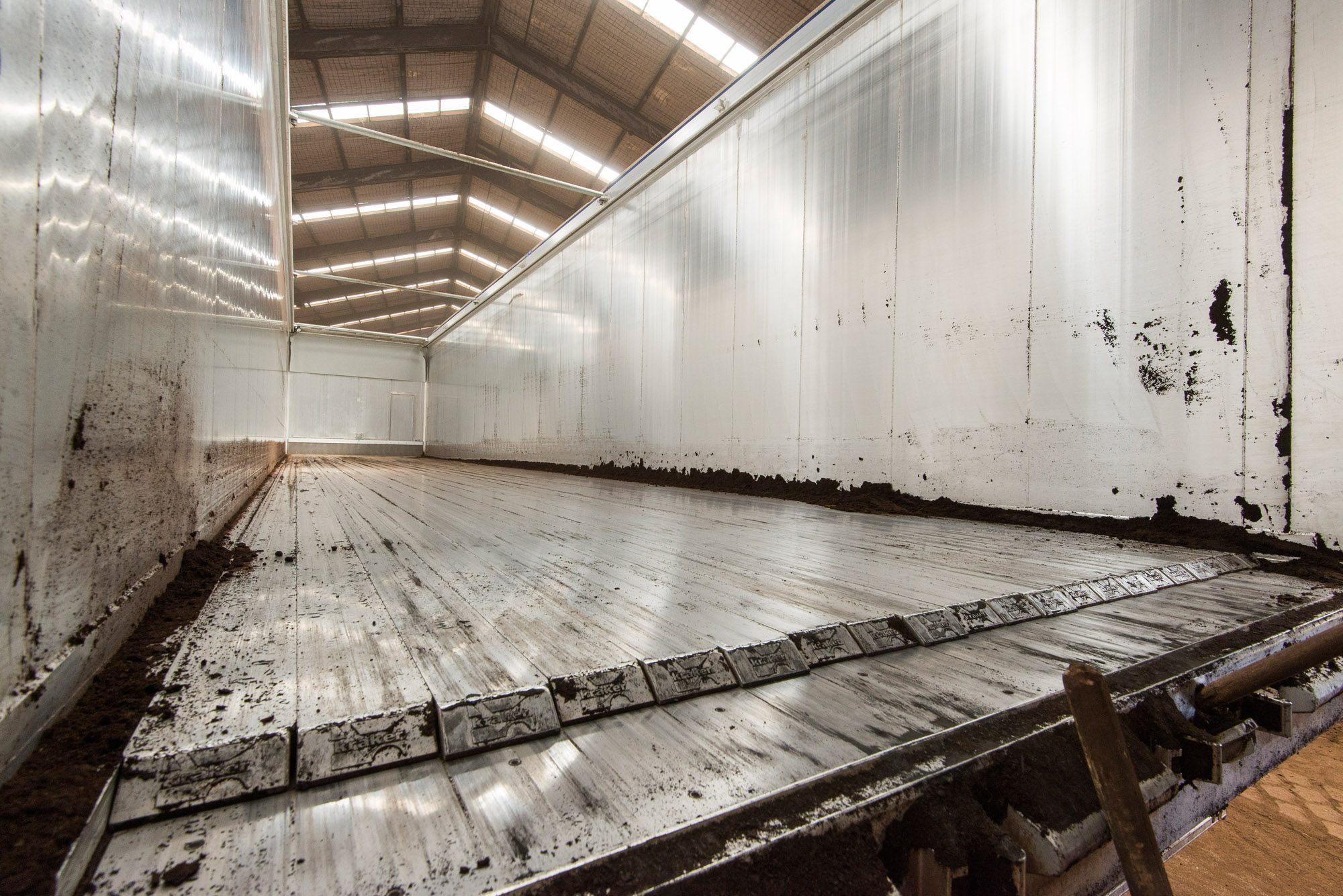 Een aantal opleggers zijn uitgerust met een walking floor om het laden en lossen makkelijker te maken.