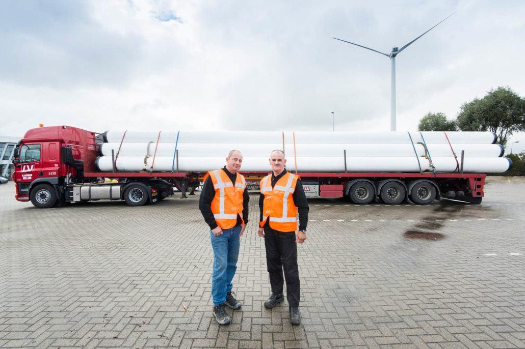 Chauffeurs Coryan Kooiman en Chauffeur Rob van der Giessen op het terrein van Lensveld in Vlaardingen.