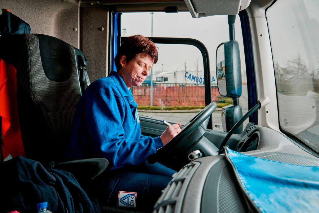 Agnes Kruis (42) van de Aldi in haar vrachtwagen