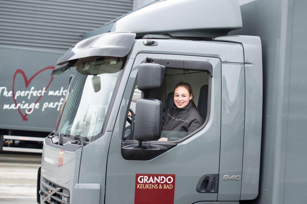 Amber Velings kwam via STL bij Grando Logistics uit waar Frank van de Griendt haar praktijkbegeleider was. Nu rijdt ze zelf op de wagen.